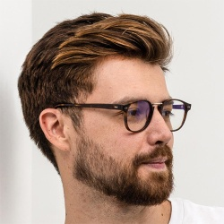 Hombre joven con gafas